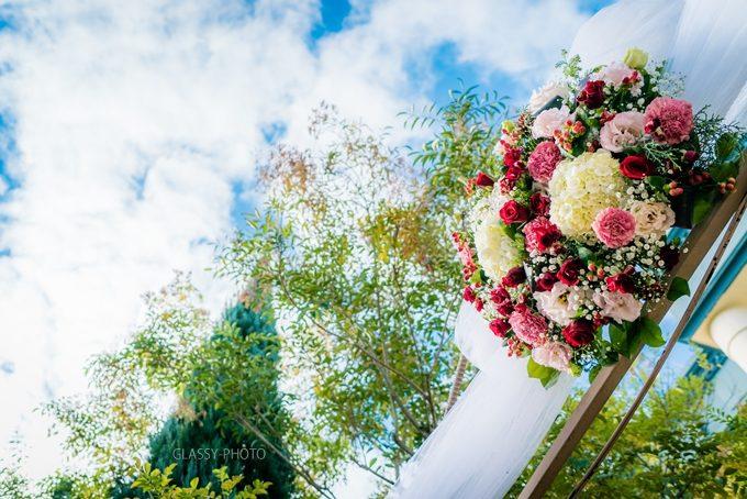 結婚式場入口ゲートに飾られた花のウェルカムリース