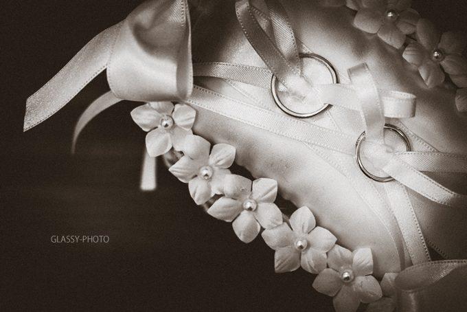リングピローと結婚指輪のアップ