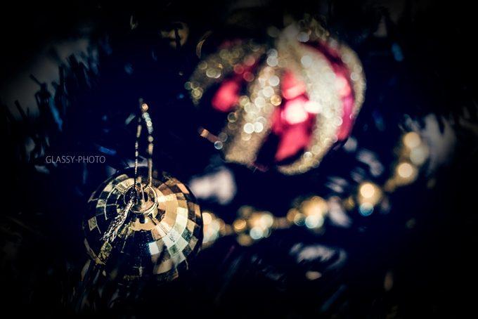 クリスマスの玉の飾りも光に照らされました