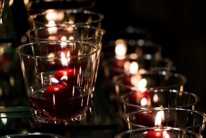 赤いリンゴのキャンドルの明かりで幻想的な雰囲気となる披露宴会場