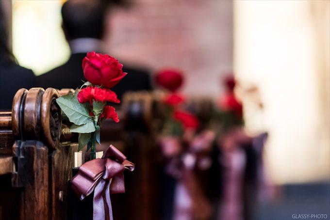 こういう色使いのバージンロードには赤いバラが似合いますね