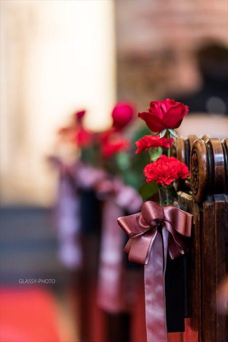 赤いバラには紫のリボンがついていてオシャレです