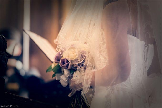 聖歌のときの花嫁さんをベール越しに