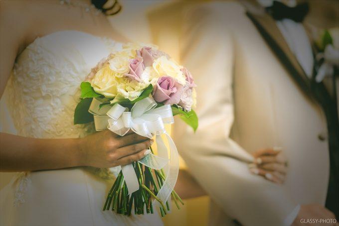 花嫁さんの持つ白いリボンの付いた可愛いブーケ