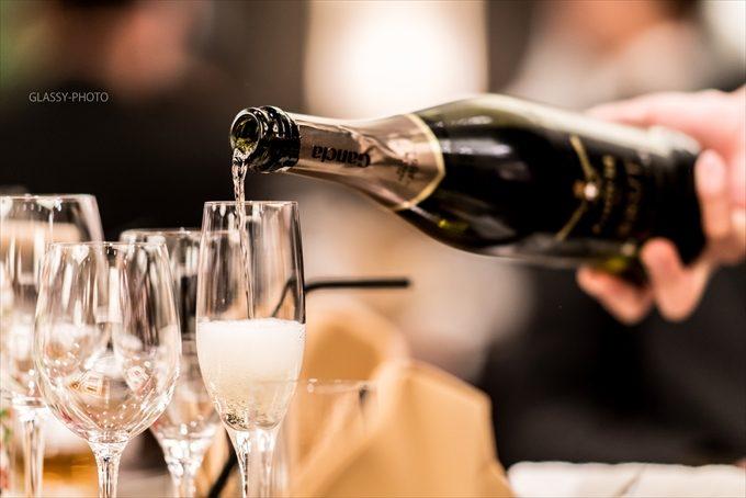 乾杯のシャンパンが注がれます