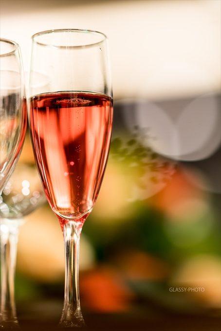 花嫁さんはノンアルコールの赤い飲み物で乾杯
