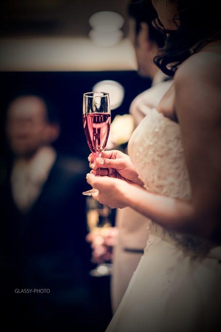 花嫁さんの持つ上品な乾杯グラス