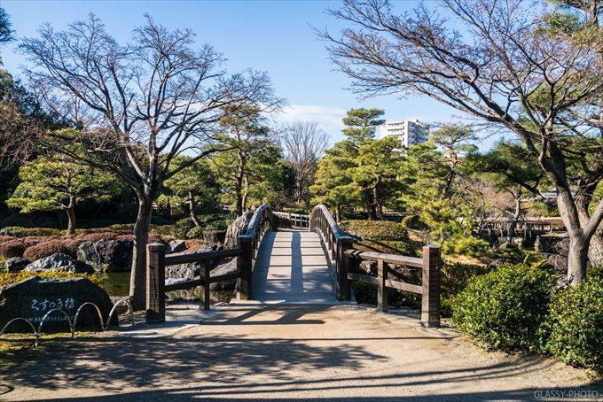 白鳥庭園の北側にあるのは「くすのき橋」