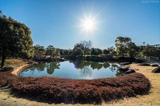 日本庭園の池と橋には青い空と太陽が似合いますねぇ~