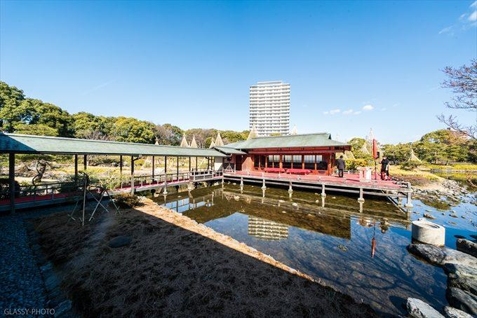 挙式会場と回廊と池と青空