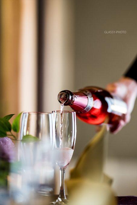乾杯酒のシャンパンを注ぐシーンもオシャレに撮りたい!