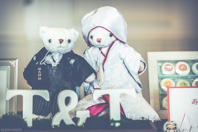 和装で着飾ったクマのぬいぐるみがゲストをお出迎えしております