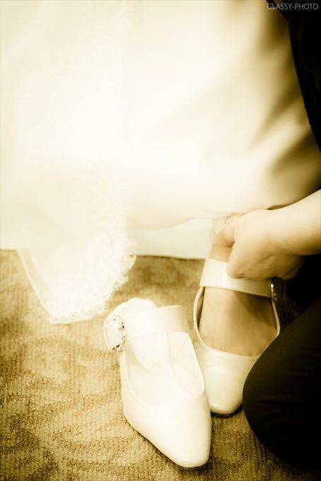 新婦さんは白いヒールをはいてこれから披露宴会場へと向かいます