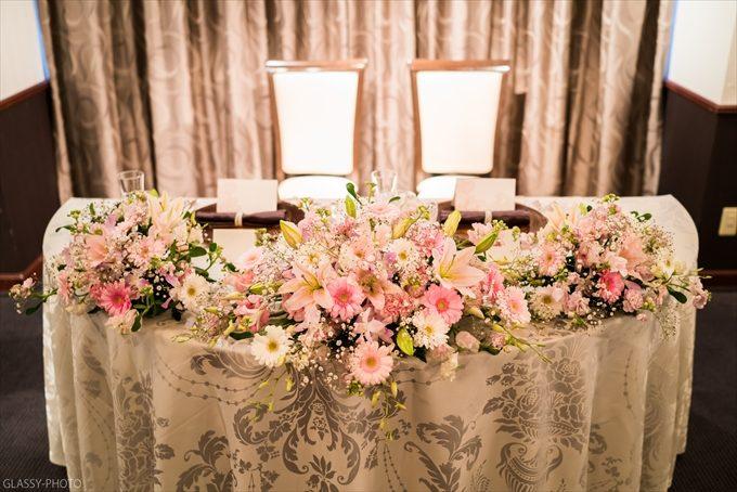 披露宴会場内高砂には綺麗な花が並んでおりました