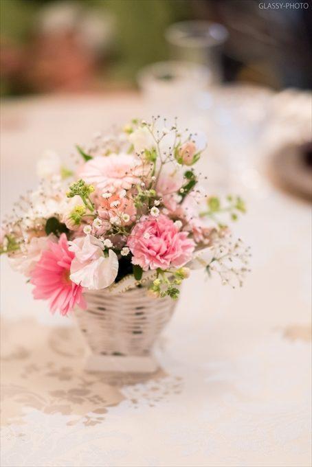 ゲストテーブルにも可愛らしいお花が飾ってあります