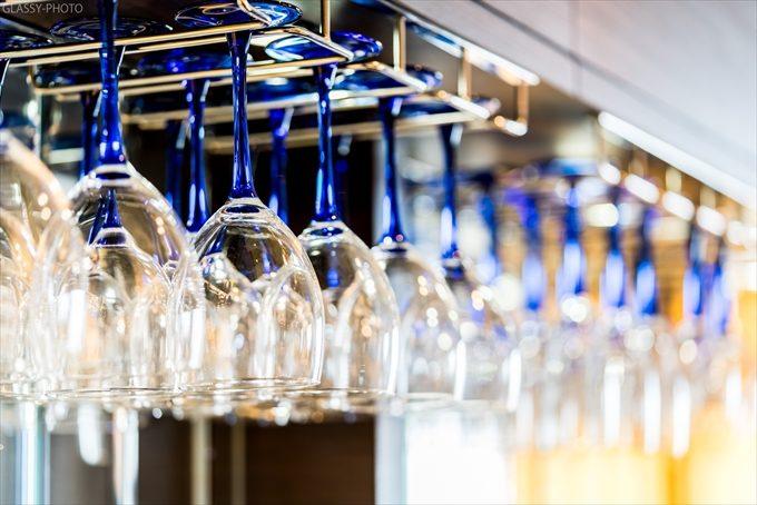 披露宴会場内のバーカウンターにはグラスがかけられておりました
