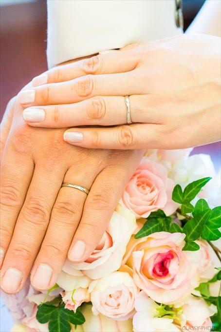 ブーケの上でお二人の指にはめられた結婚指輪が光っております