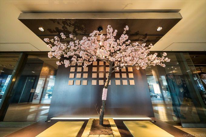 桜の時期ということでホテル入口に飾られた桜のモニュメント