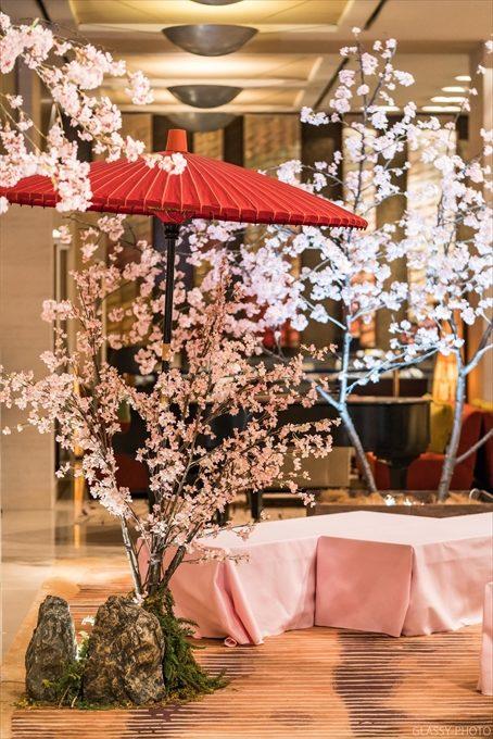 桜と赤い和傘が良き色合いの休憩場所