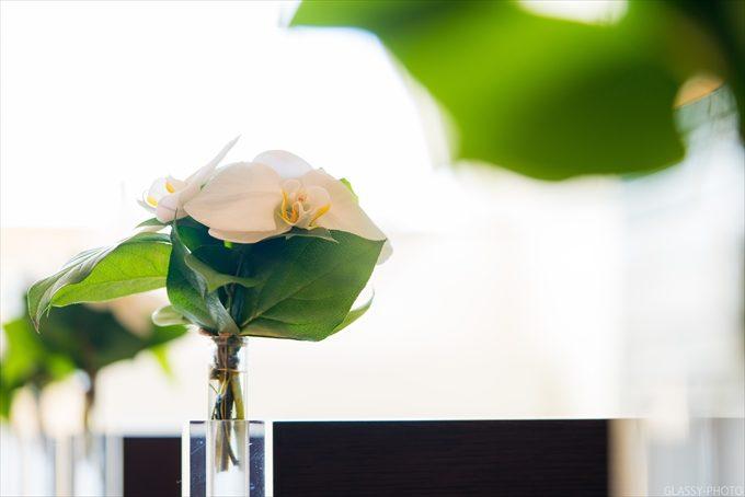 バージンロード横には早朝からお花屋さんが準備してくれた花が飾られます