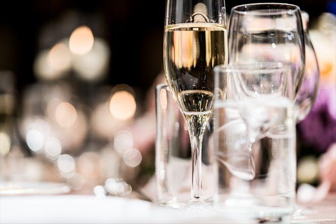 シャンパンが注がれた乾杯グラスもオシャレな写真に