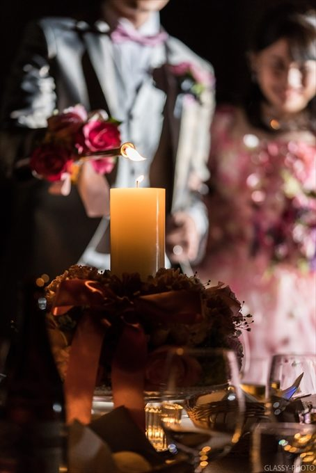 各テーブルのキャンドルに火を灯していくキャンドルサービス
