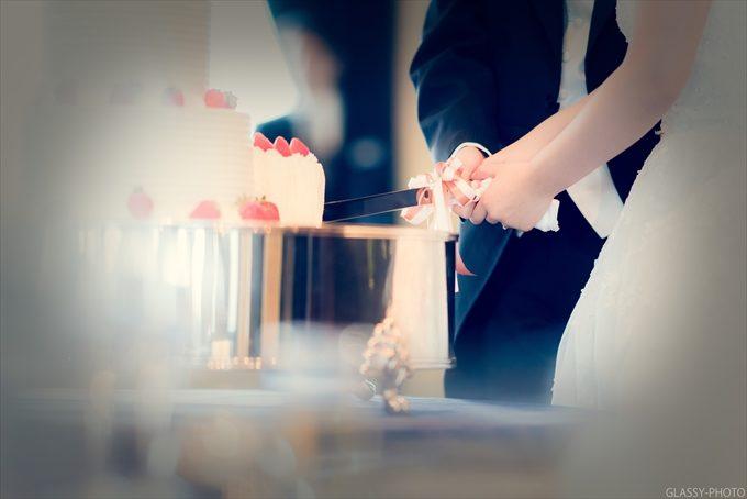 ウェディングケーキへの入刀シーンも普段とはちょっと違うアングルで写真におさめました