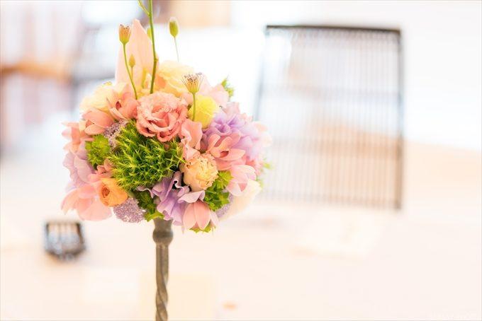 それぞれのテーブルに飾りつけられたお花