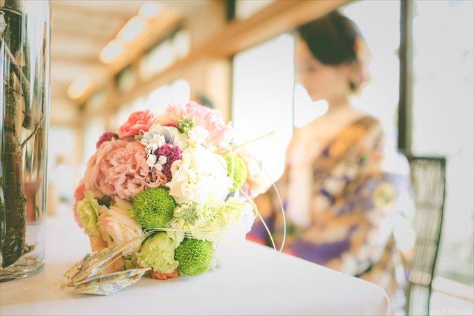 和装に合うブーケとその奥に花嫁さんを