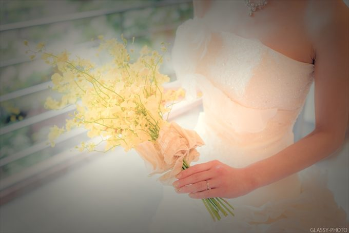 ドレス姿で黄色のブーケを持つ花嫁さん