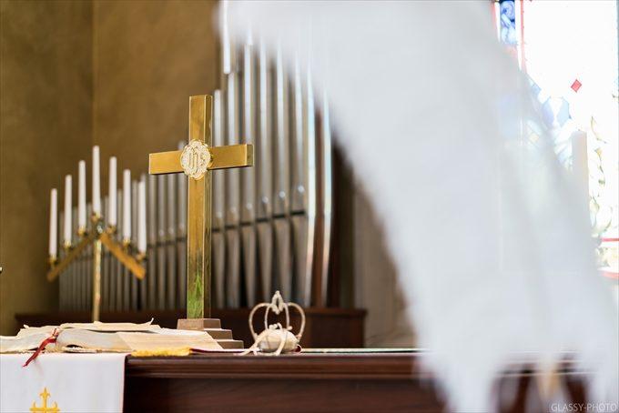 祭壇には黄金に輝く十字架がありました