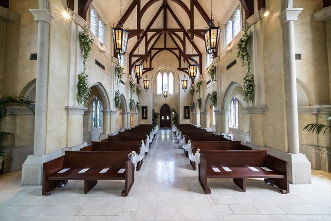 祭壇側からゲスト席側を見るとその広さとバージンロードの長さを感じます