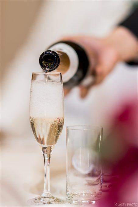 乾杯グラスに注がれるシャンパンがとても美味しそう!