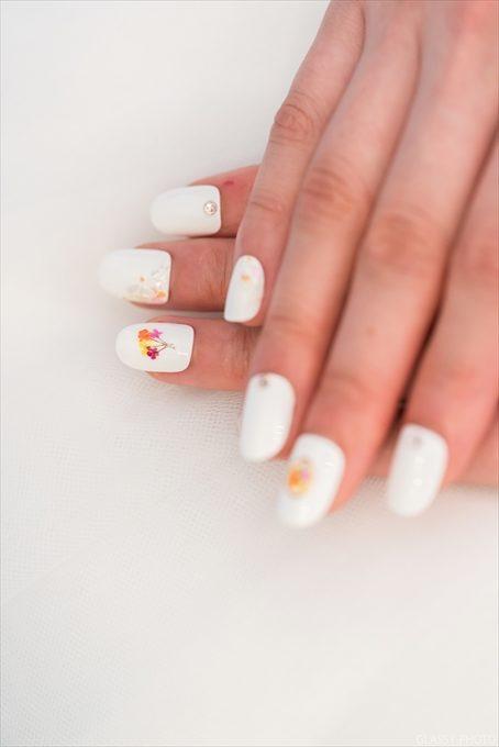 可愛い白のネイルアートが似合う花嫁さんです