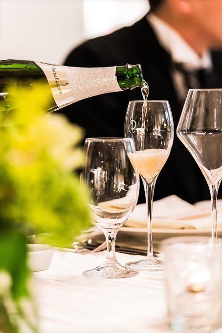 乾杯グラスにシャンパンを注ぎます