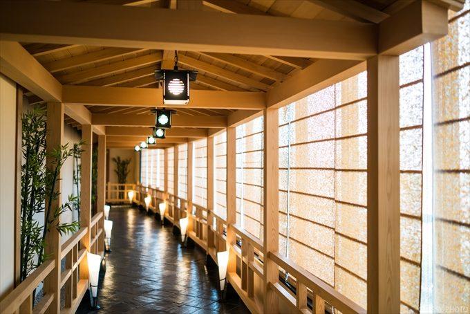 入口鳥居をくぐると神殿へと通じる素敵な回廊があります