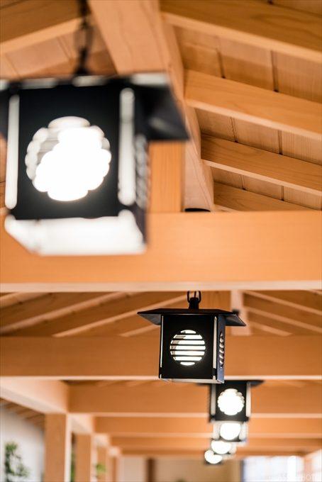 回廊の明かりが雰囲気を醸し出してますね