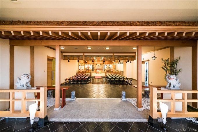 神殿は80人は列席できるであろう広々とした空間となっております