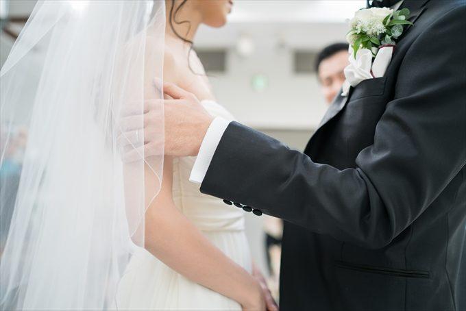 花嫁さんのベールを上げたら肩を優しく持ってその後は…素敵なシーンへ(^^)