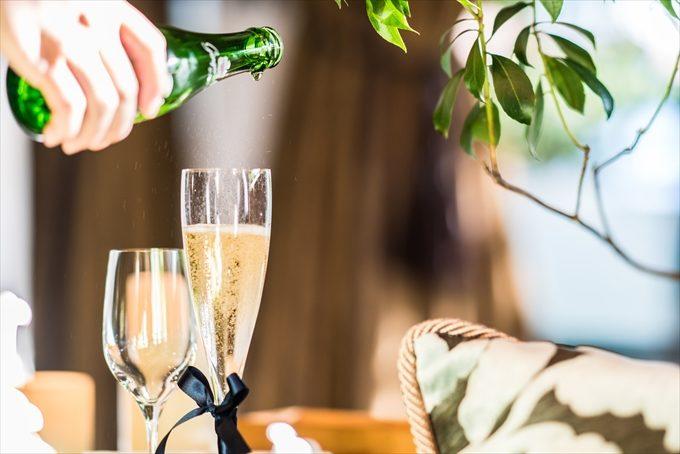 乾杯グラスにシャンパンを注ぐシーンも見逃しません