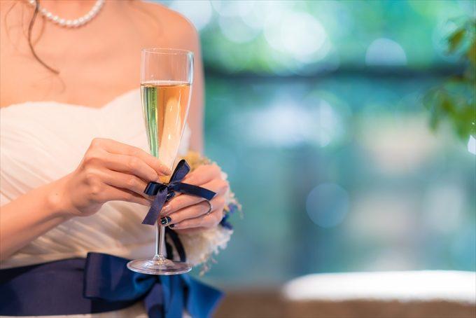 花嫁さんが乾杯グラスを持つとその美しさも際立ちますね