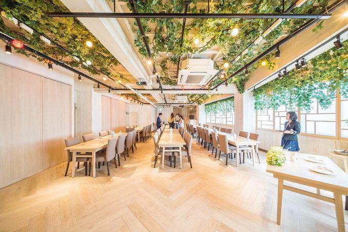 最大150名が収容可能なパーティ会場はテーブル置くとその半分ぐらいは座れるでしょうか