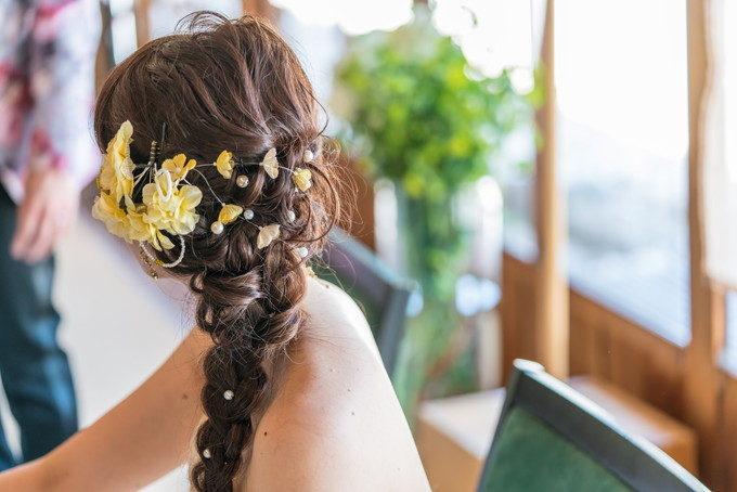 花嫁さんの可愛いヘアアレンジも後ろから撮っておきます