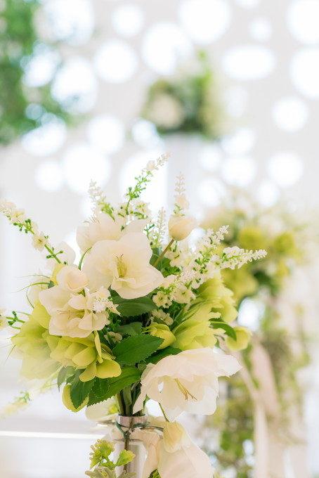 バージンロードに飾られたお花が主役をより引き立てます