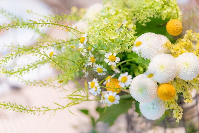 テーブルに飾られたお花もパーティ会場の雰囲気づくりとしてとても重要です