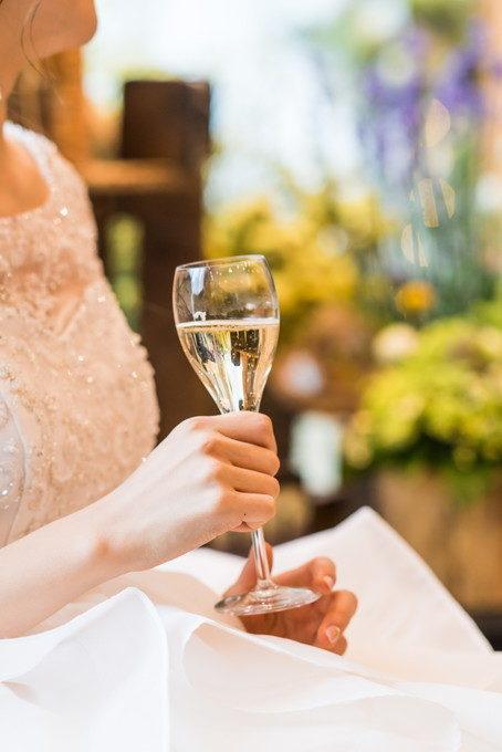 花嫁さんがシャンパングラスを持つとより輝いて見えます