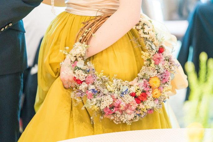 リース型のブーケも素敵ですね ドレスの黄色と色合いバッチリ!