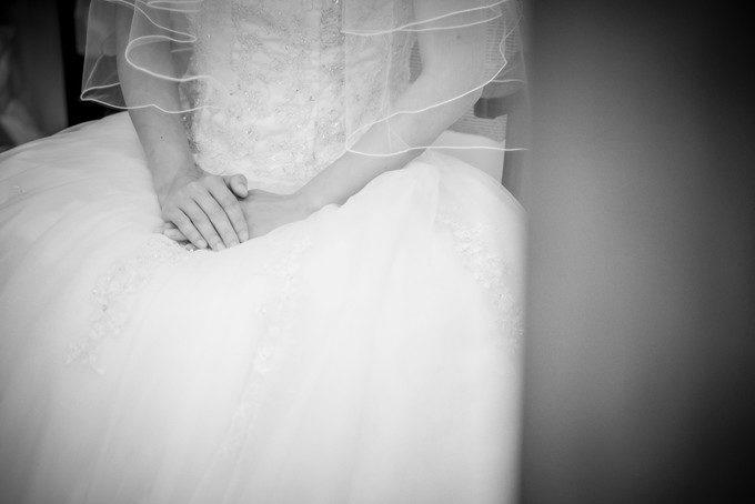 挙式を待つ花嫁さんの手元 緊張感が漂っています