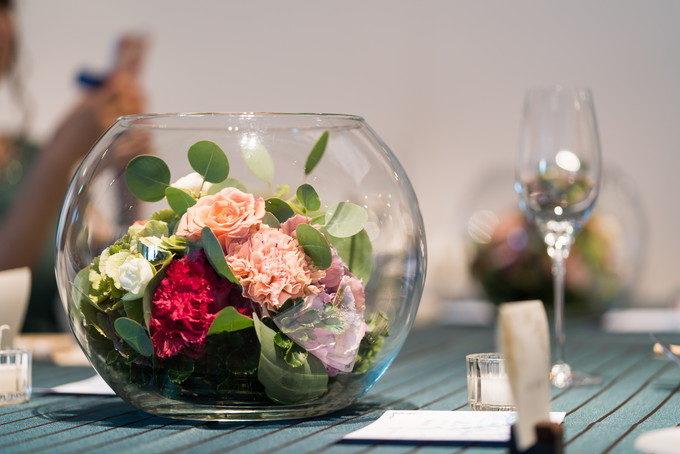 パーティ会場の装飾にはやはりお花が一番! 統一性があるとより美しくなります