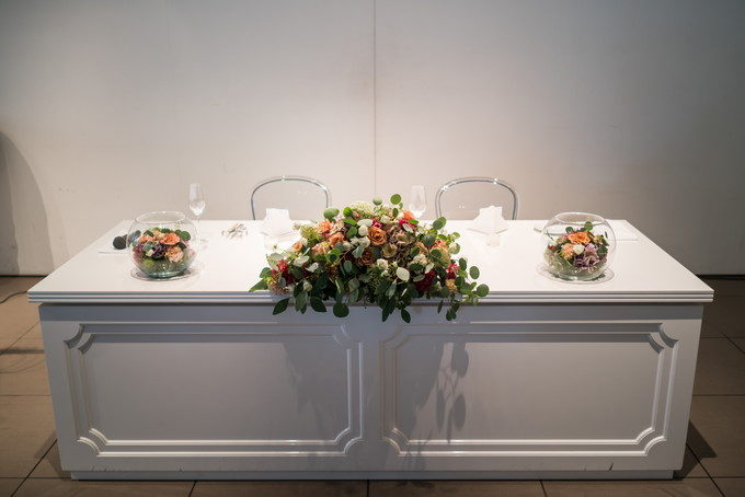 白いテーブルの高砂はシンプルで新郎新婦のお二人が引き立って良いと思います